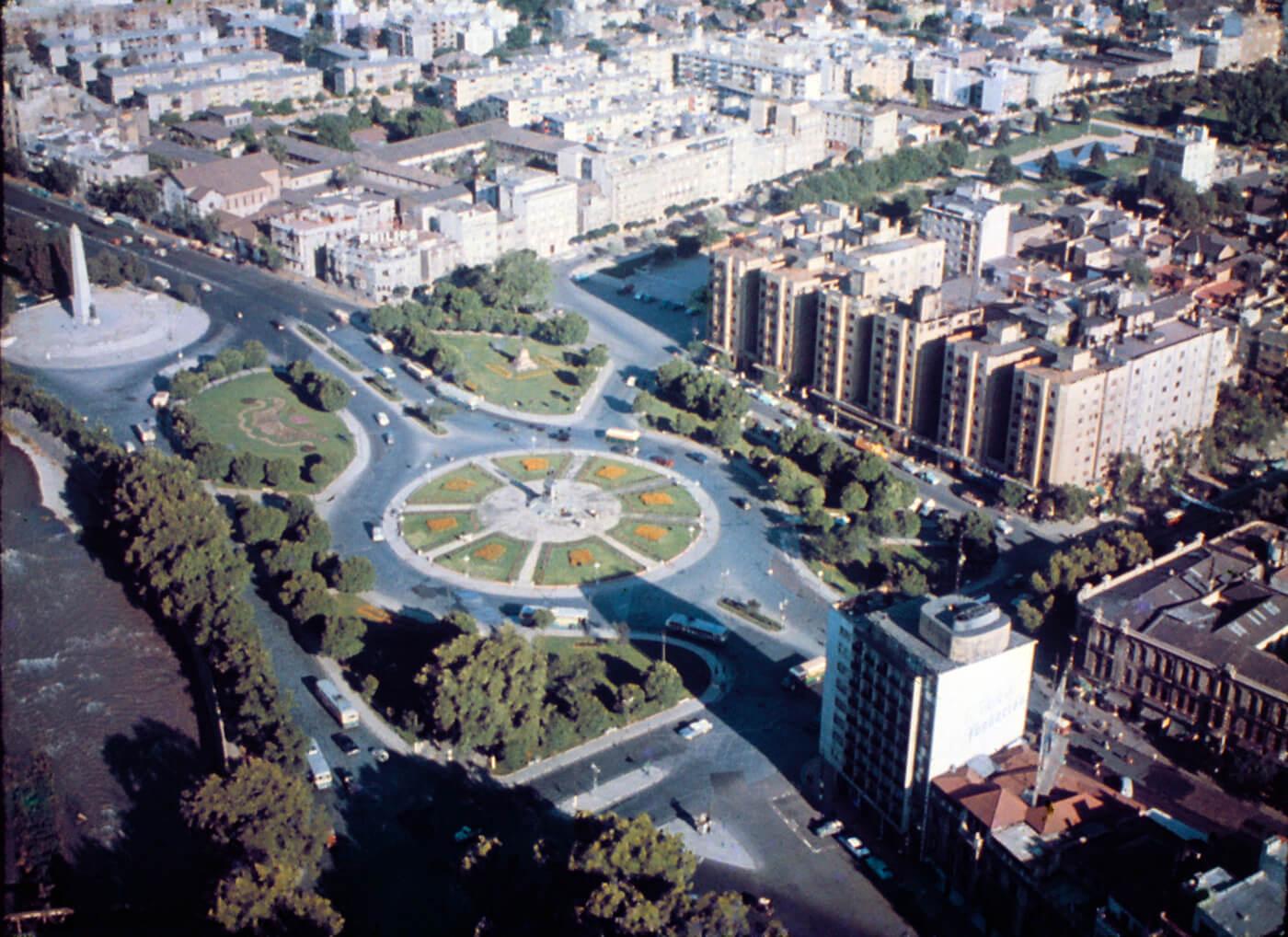 Fotografía aérea de la Plaza Baquedano de Santiago en los años 60s