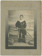 Retrato de un niño con uniforme de marinero.