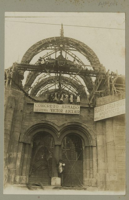 Entrada en construcción de Iglesia de los Sacramentinos