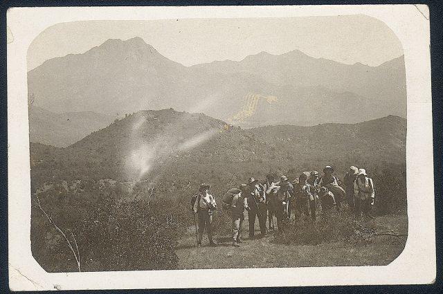 Grupo de exploradores en un cerro