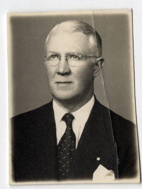 Retrato de un hombre con lentes