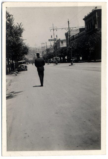 Hombre caminando en una calle de Viña del Mar