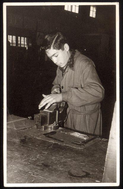 Hombre en el taller