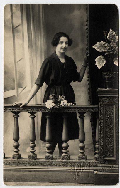 Retrato de mujer tras el balcón