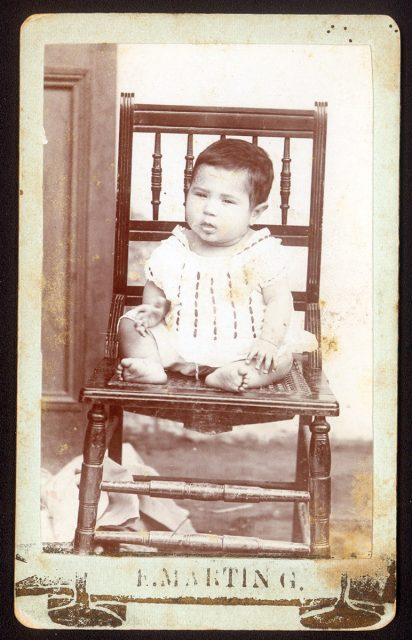 Niño sobre silla