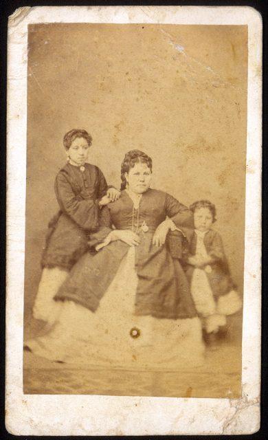 Retrato de Ana María de Santander y sus hijas.