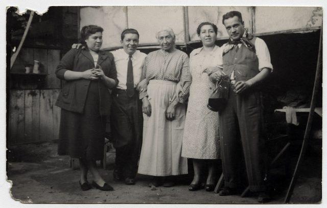 Cinco personas en un patio interior.