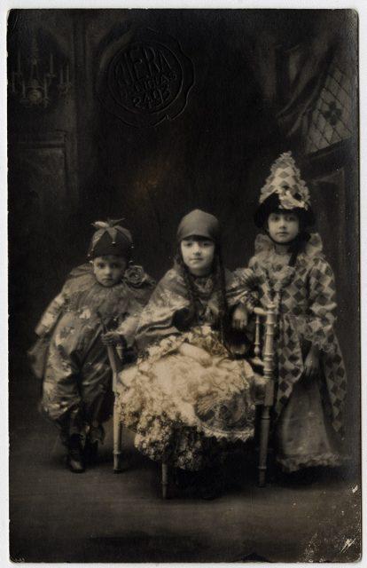 Elena, Haydeé e Ignacio Tobar disfrazados.