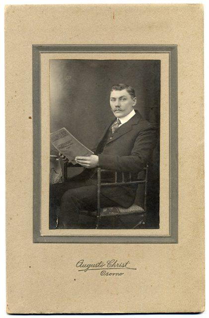 Hombre sentado con un libro