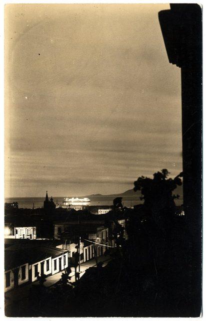 Panorama de la ciudad de Antofagasta. Al fondo el «Reina del Pacífico»