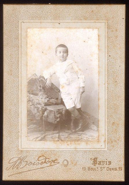 Niño vestido de blanco