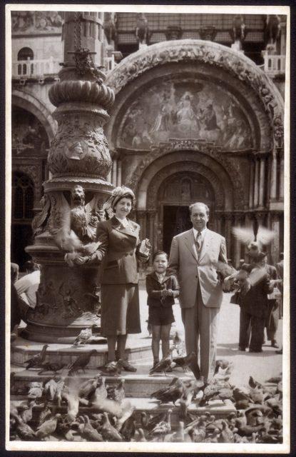 Familia delante una iglesia
