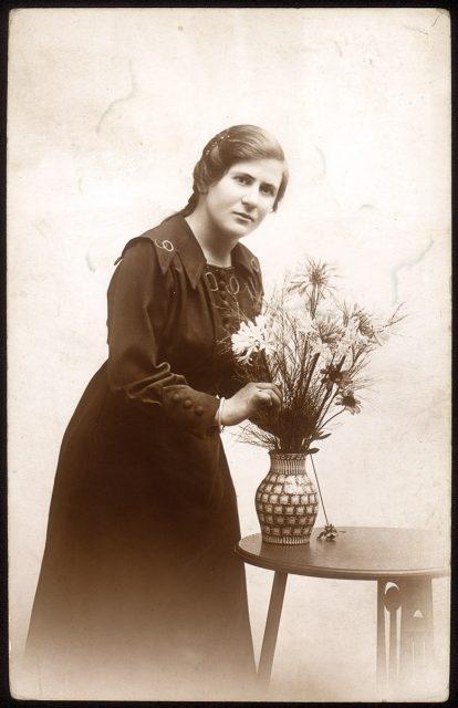 Retrato de una mujer con un florero