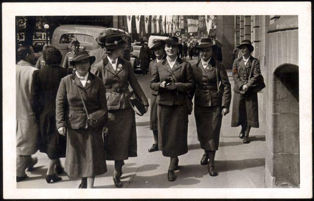 Mujeres en uniforme.
