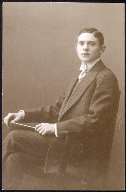 Retrato de un joven sentado.