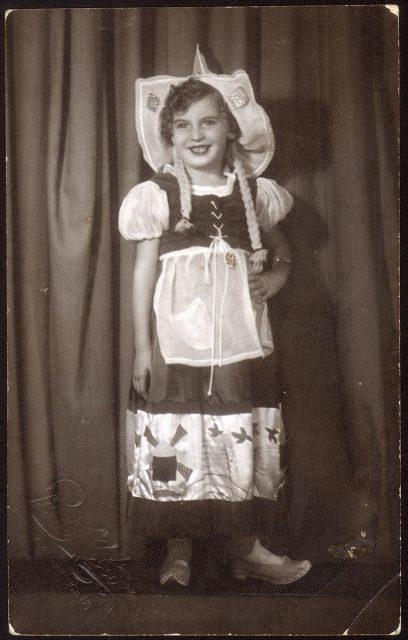 Retrato de niña disfrazada.