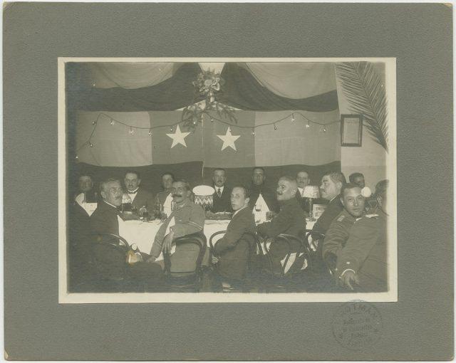 Grupo de oficiales durante un banquete
