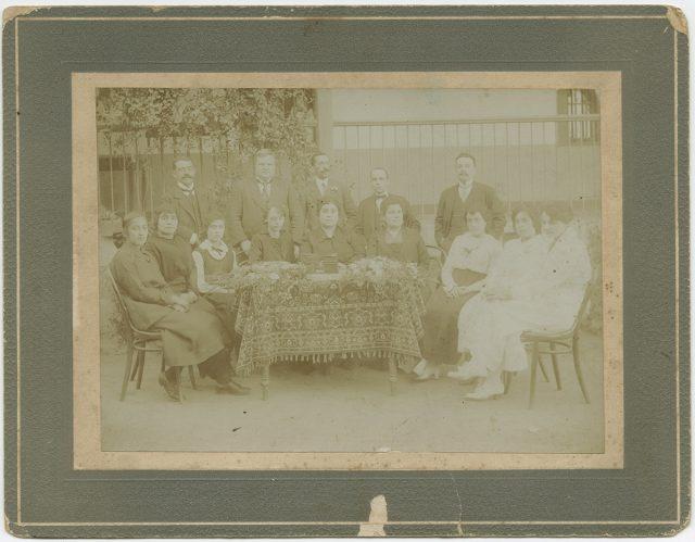 Retrato de una familia en un patio.