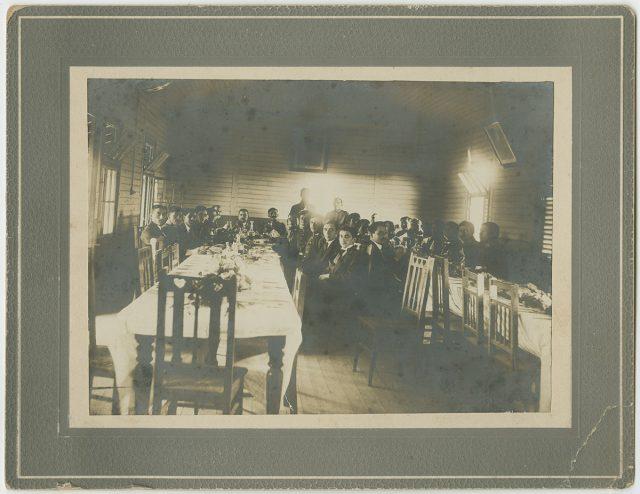 Hombres durante un banquete