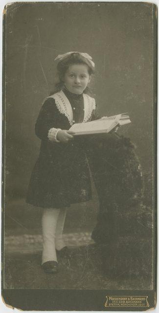 Retrato de una niña leyendo