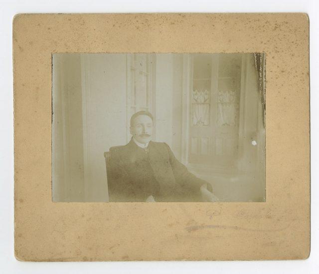 Hombre sentado en una pieza