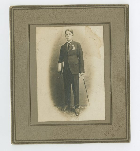Retrato de un joven hombre con bastón