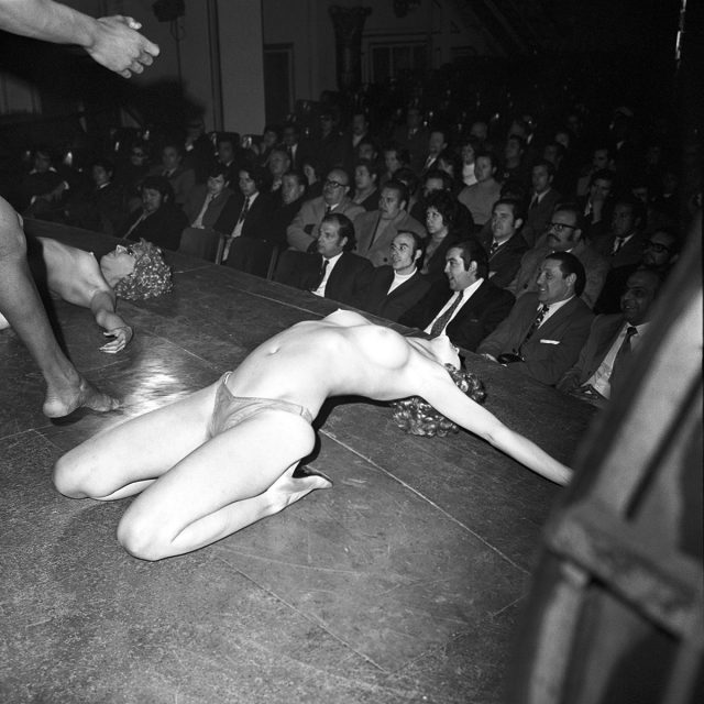 Vedette en topless en el teatro Ópera