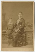 Fortunata Oyarzún de Riveros y su hijo Fermín