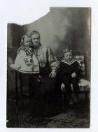 Mujer con sus dos hijos