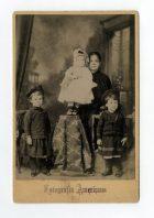 Madre con sus tres hijos