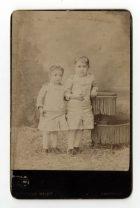 Retrato de dos niñas con vestidos blancos