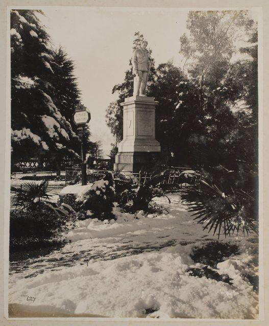 Monumento Pedro de Valdivia en Cerro Santa Lucía bajo la nieve