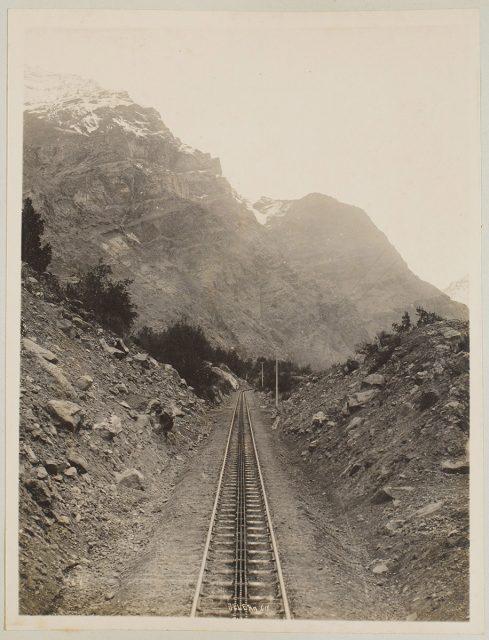 Cordillera con línea férrea