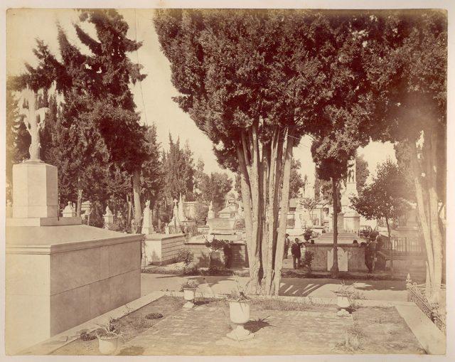 Grupo de hombres en un cementerio