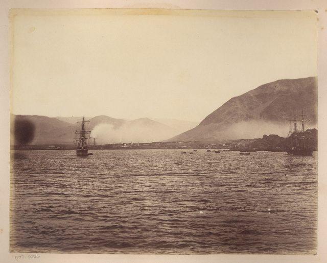 Dos buques en una bahía