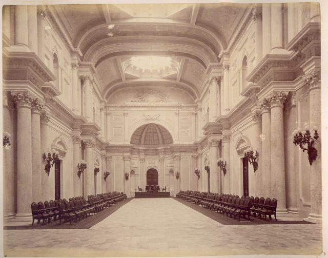 Interior de un edificio con funciones públicas