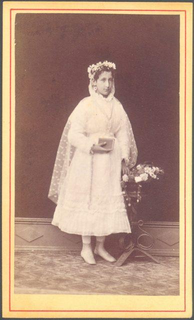 Retrato de una niña el día de su comunión.