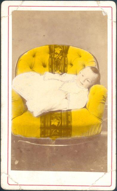 Retrato de una bebé en un sillón.
