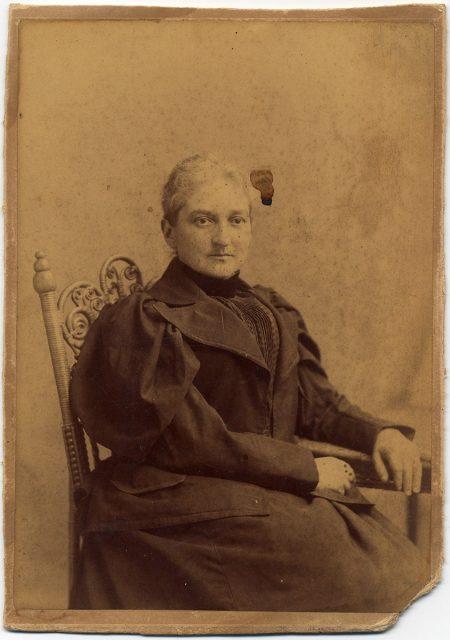 Retrato de una mujer sentada.