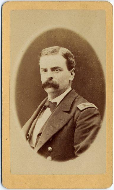 Retrato de un militar con bigote.