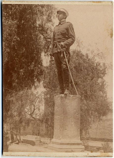 Militar posando sobre un pilar