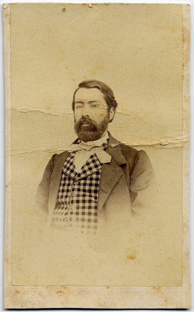 Retrato de un hombre con gilet con cuadros.