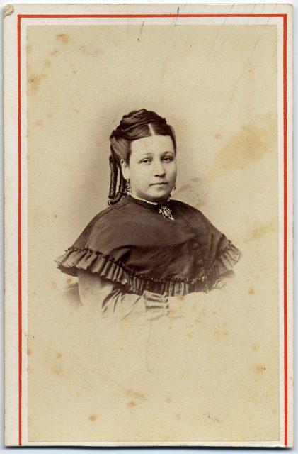 Retrato de una mujer con rulos.