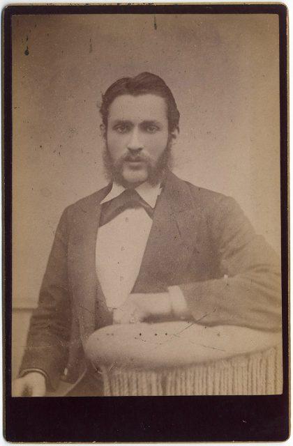Retrato de un hombre con barba y bigote.