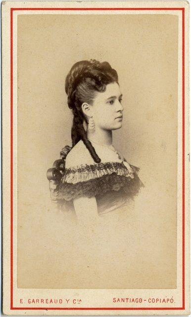 Retrato de Margarita de la Barra con vestido de baile