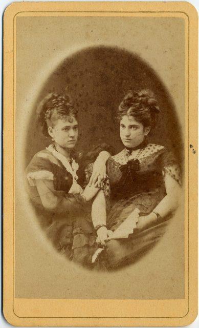 Retrato de Margarita de la Barra y de una mujer no identificada.