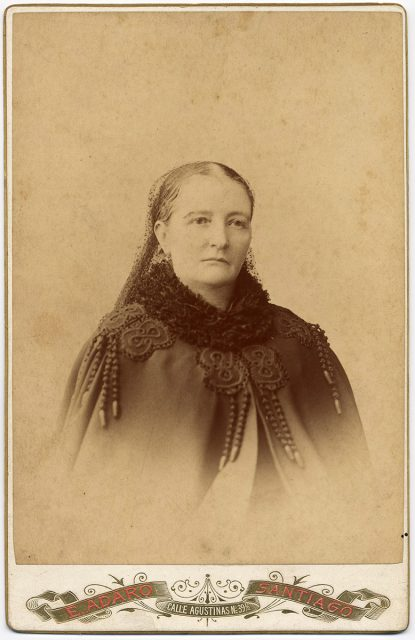 Retrato de una mujer con capa
