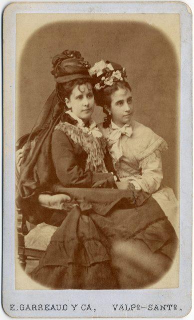 Retrato de dos mujeres jóvenes.