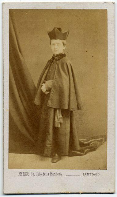 Retrato de un niño con sotana.