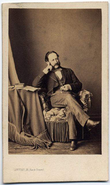 Retrato de un hombre sentado.